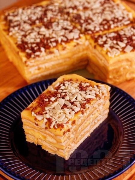 Бисквитена торта с домашен крем ванилия и шоколадов крокан - снимка на рецептата